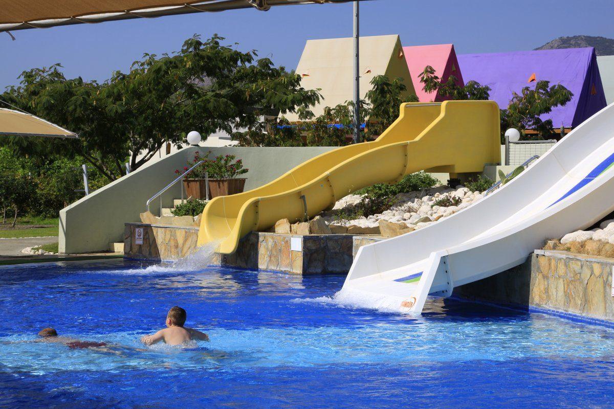 водные горки отеля TUI Family Life Tropical Resort