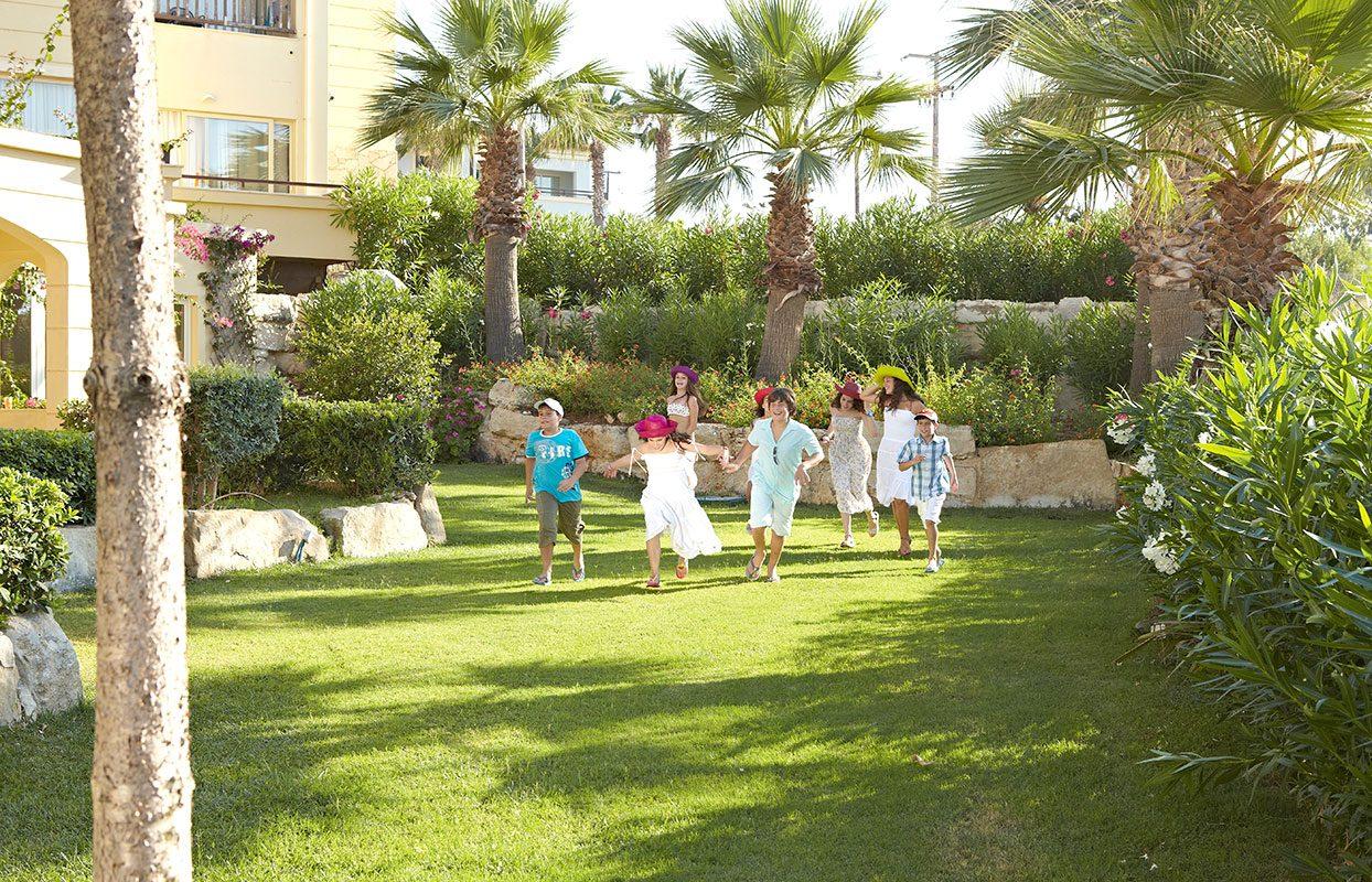 территория отеля Grecotel Marine Palace Suites
