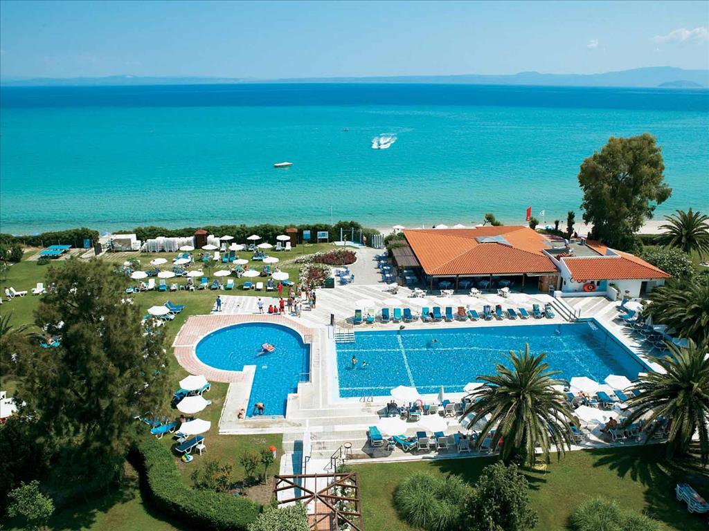 территория отеля Grecotel Pella Beach