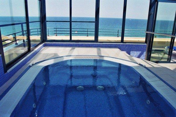 бассейн отеля Blaucel Blanes