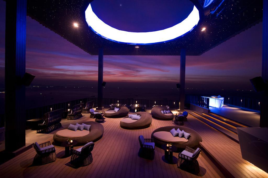 лобби бар отеля Hilton Pattaya
