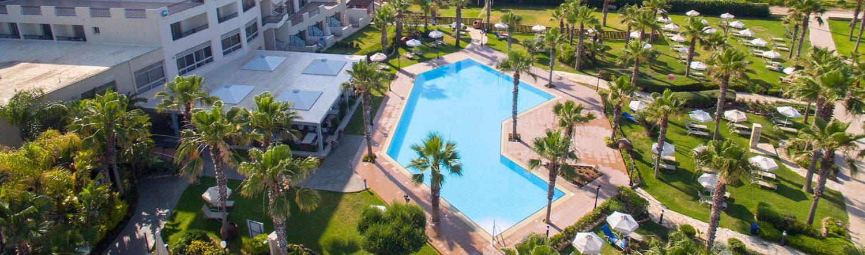территория отеля Aquamare Beach Hotel & Spa