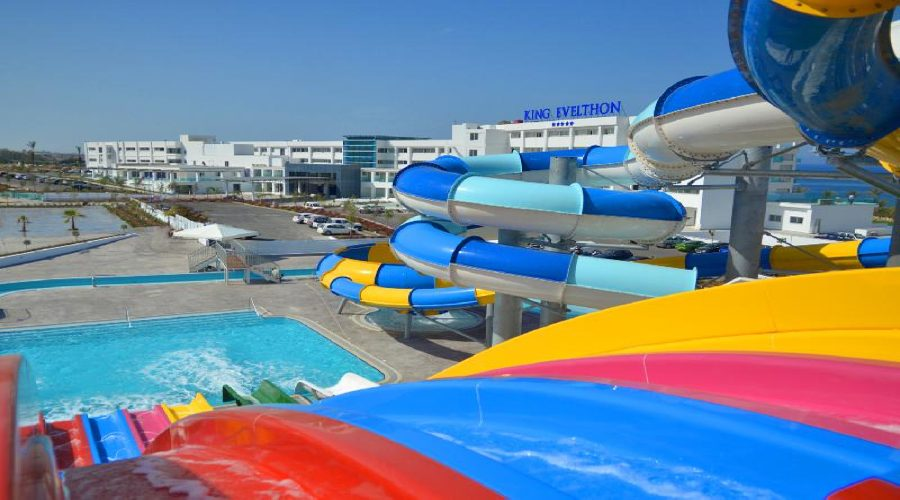 водные горки отеля King Evelthon Beach Hotel & Resort