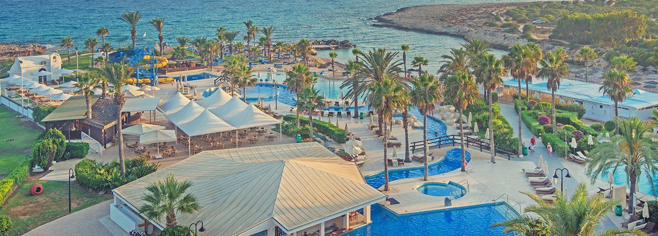 территория отеля Adams Beach