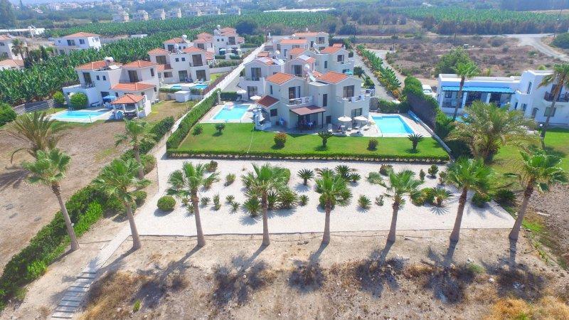 территория отеля Platzia Beach Villas