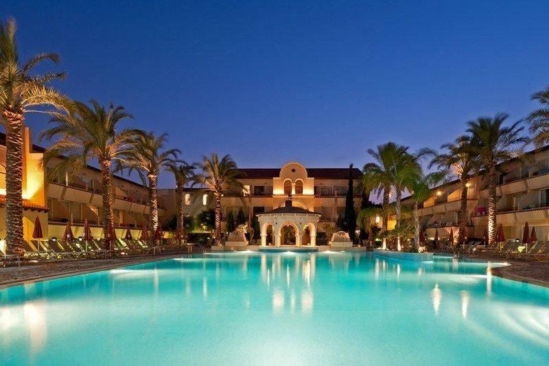 бассейн отеля Napa Plaza