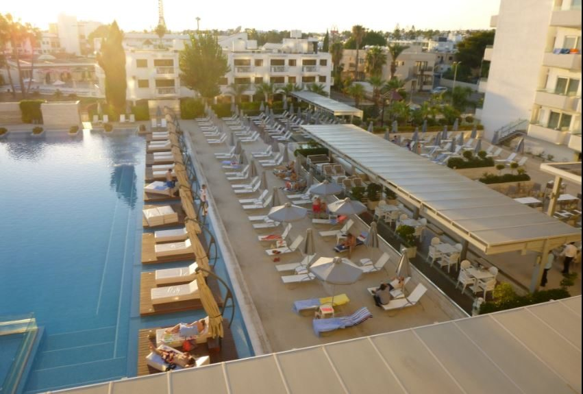 территория отеля Nestor Hotel