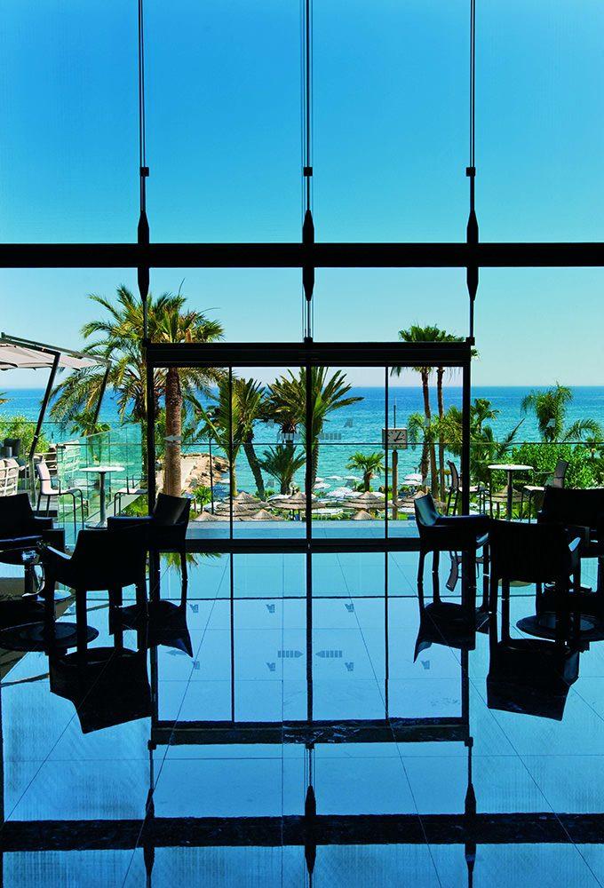 территория отеля Amathus Beach Hotel