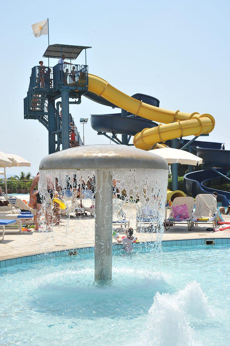 водные горки отеля Adams Beach