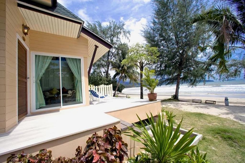 территория отеля Coconut Beach Resort