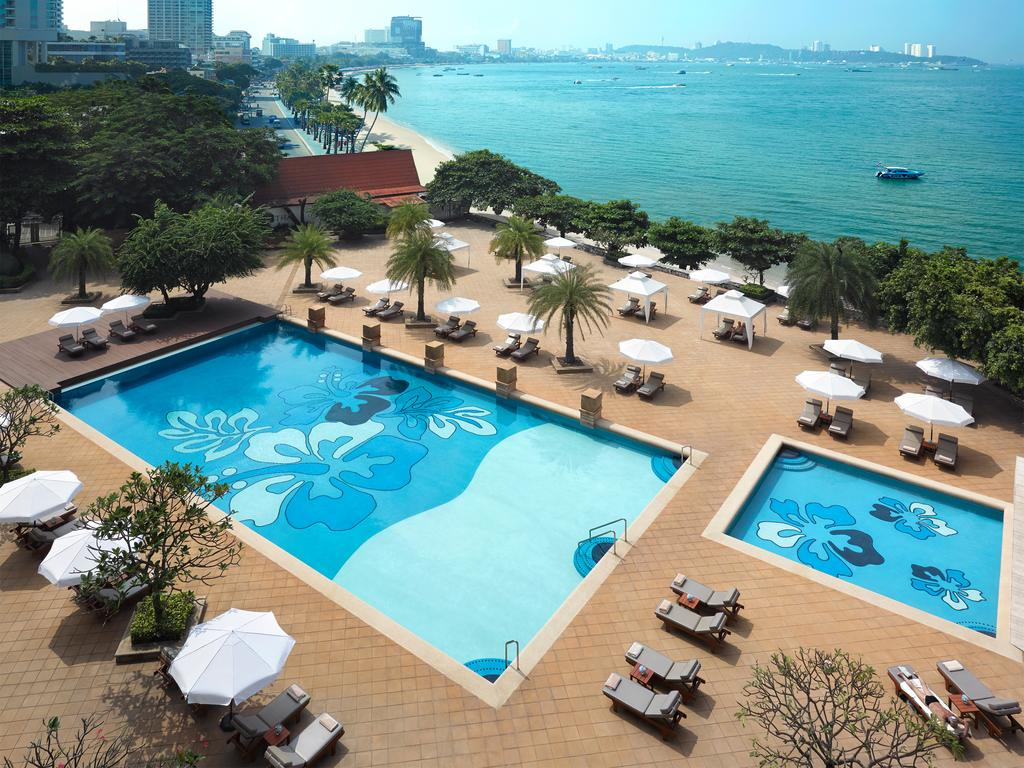 бассейн отеля Dusit Thani Pattaya