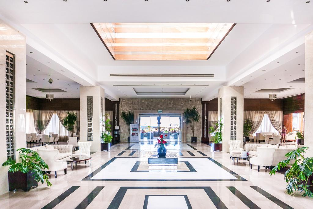 холл отеля Sunrise Crystal Bay Resort