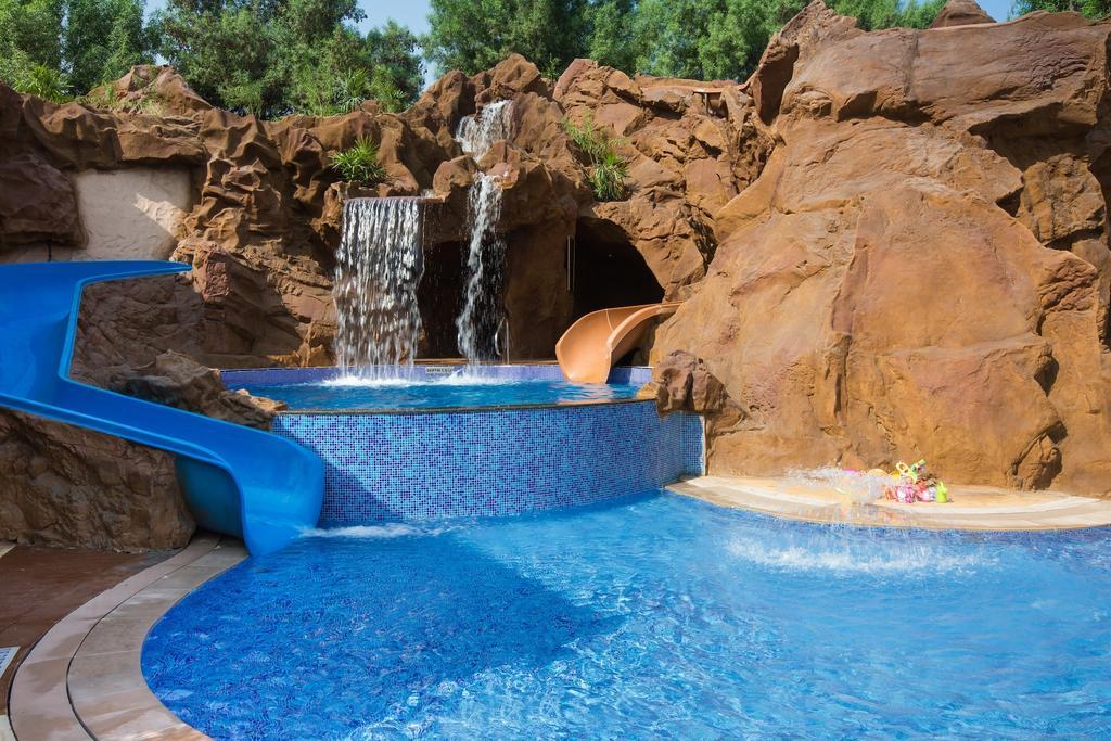 бассейн отеля Habtoor Grand Resort, Autograph Collection