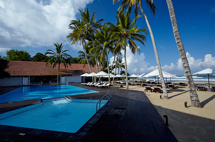 бассейн отеля The Surf Bentota