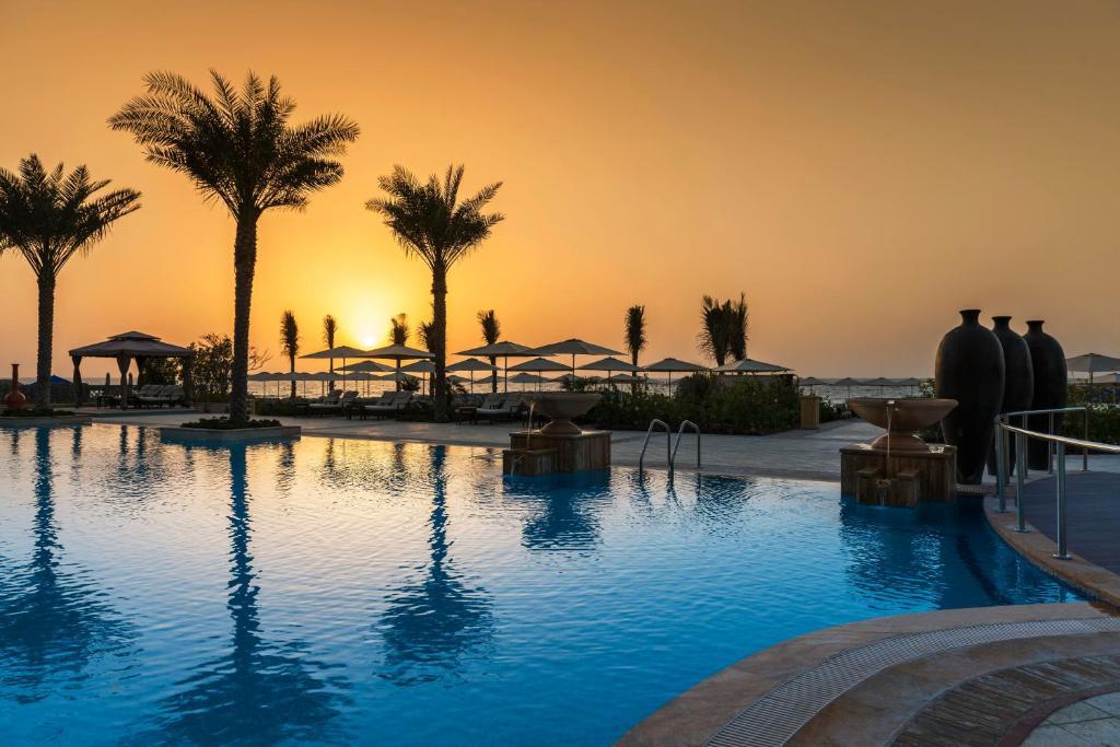 бассейн отеля Ajman Saray