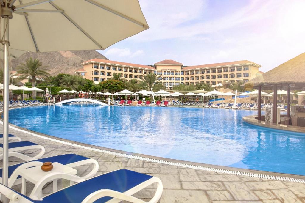 бассейн отеля Fujairah Rotana Resort & Spa