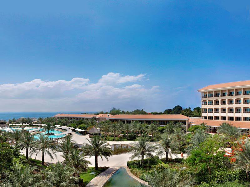 территория отеля Fujairah Rotana Resort & Spa