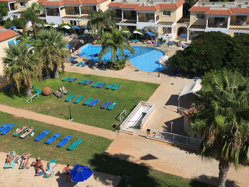 территория отеля Jacaranda Hotel Apartments