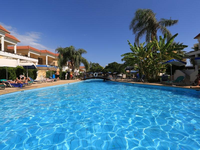 бассейн отеля Jacaranda Hotel Apartments