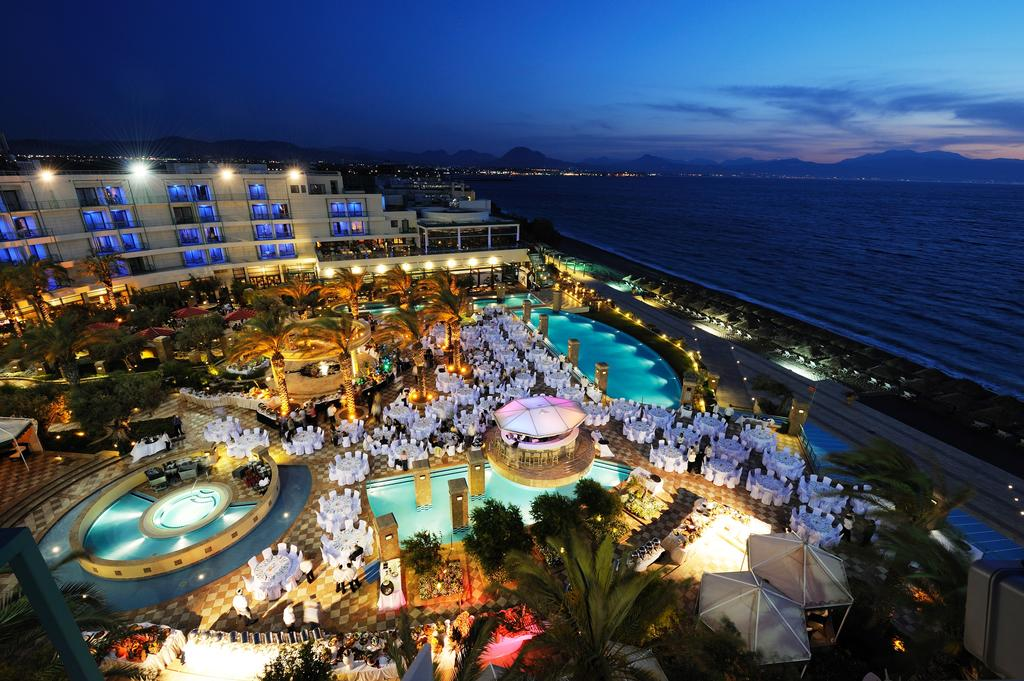 территория отеля Club & Casino Loutraki