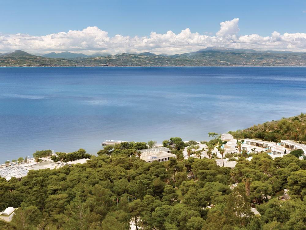 территория отеля Wyndham Loutraki Poseidon Resort