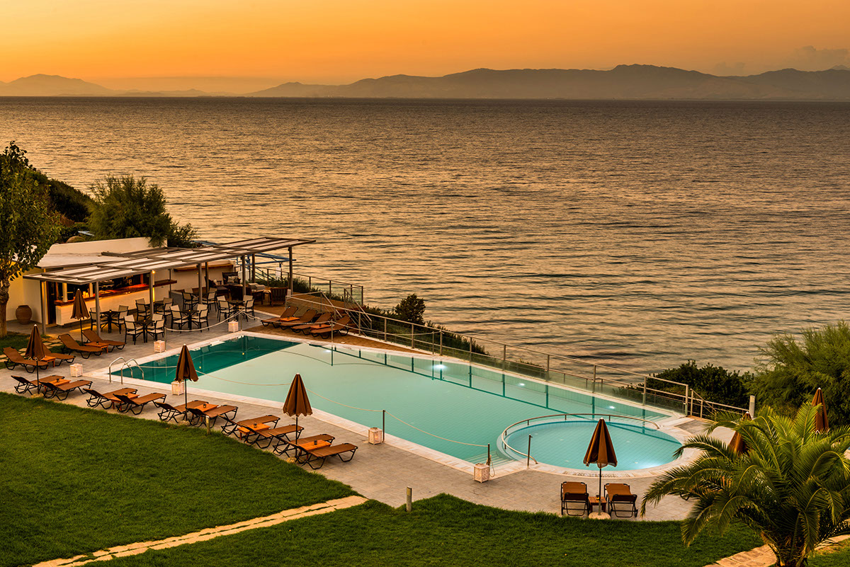 бассейн отеля Niforeika Beach Hotel & Bungalows