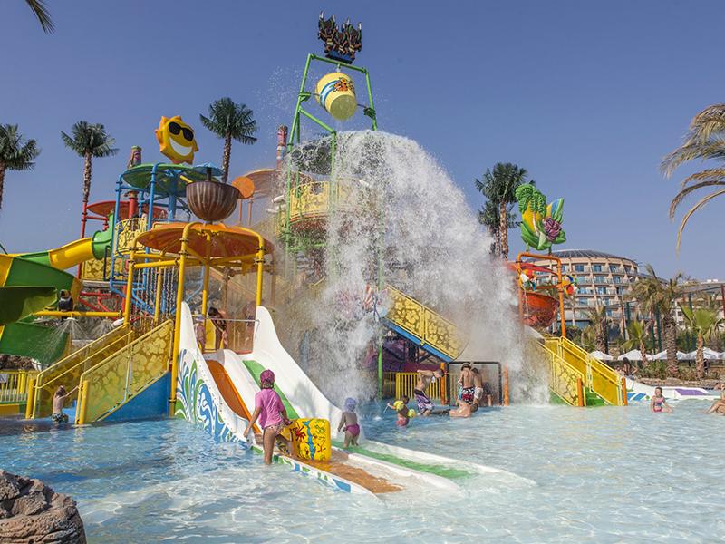 детские водные горки отеля Long Beach Resort Hotel & Spa