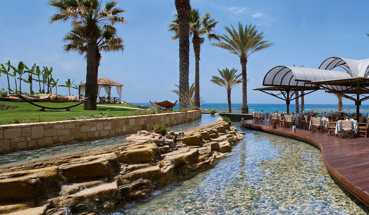 территория отеля Constantinou Bros - Pioneer Beach Hotel