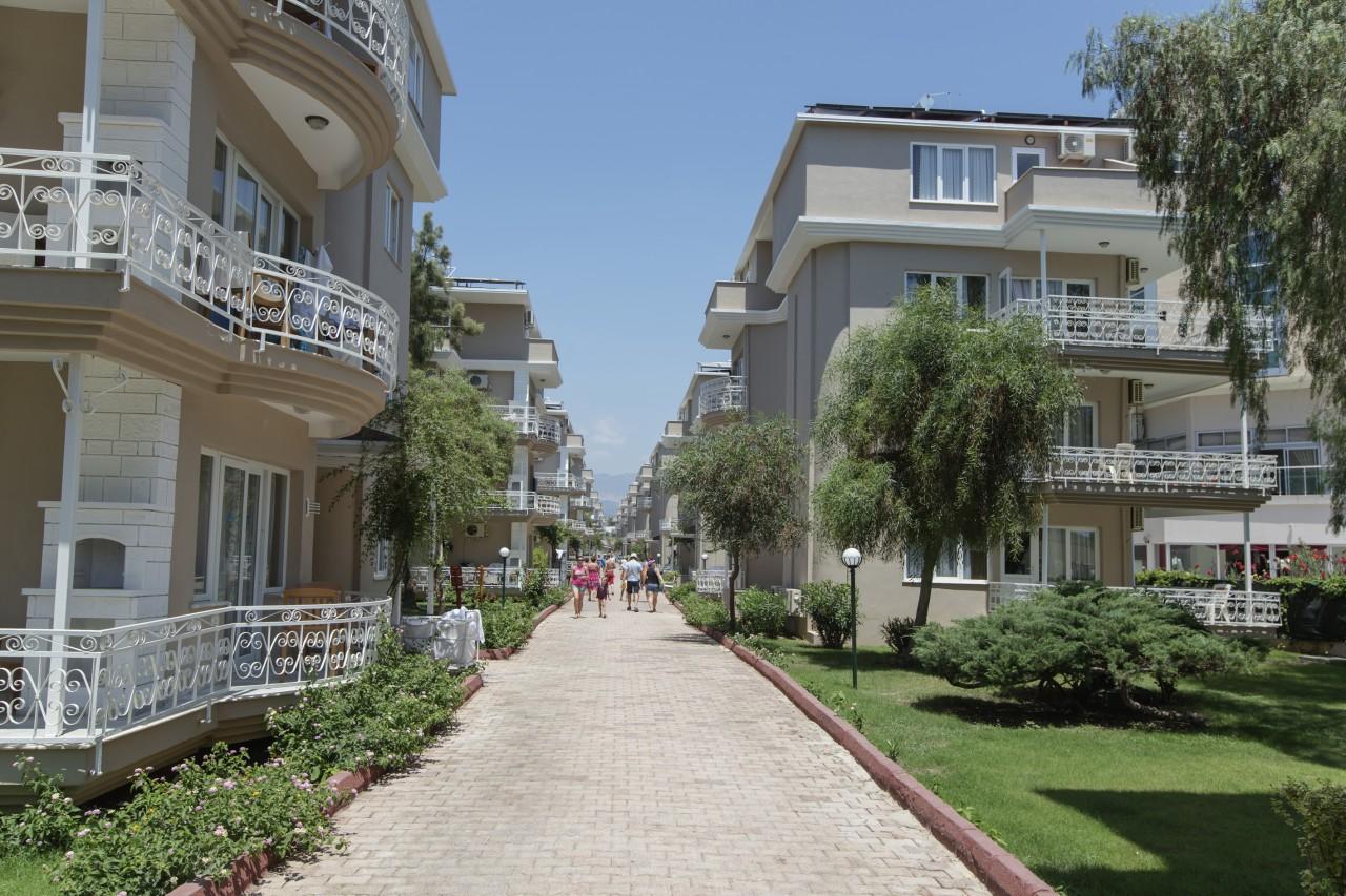 территория отеля Larissa Holiday Beach Club