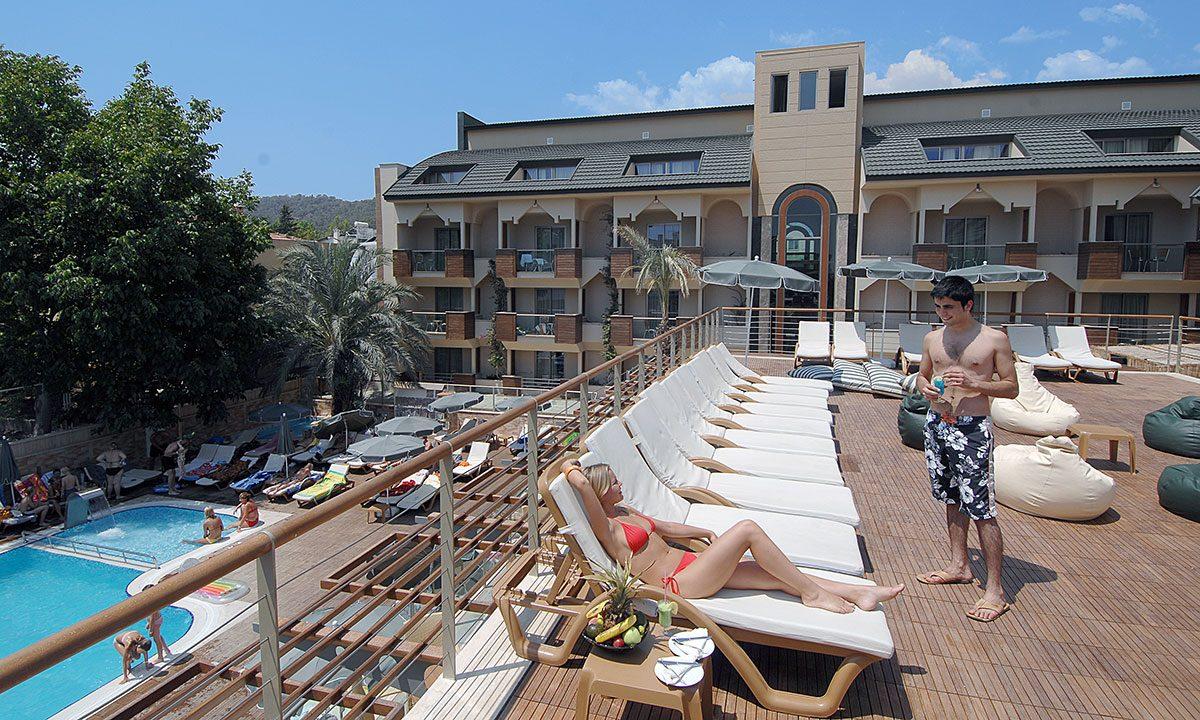 территория отеля Ambassador Hotel