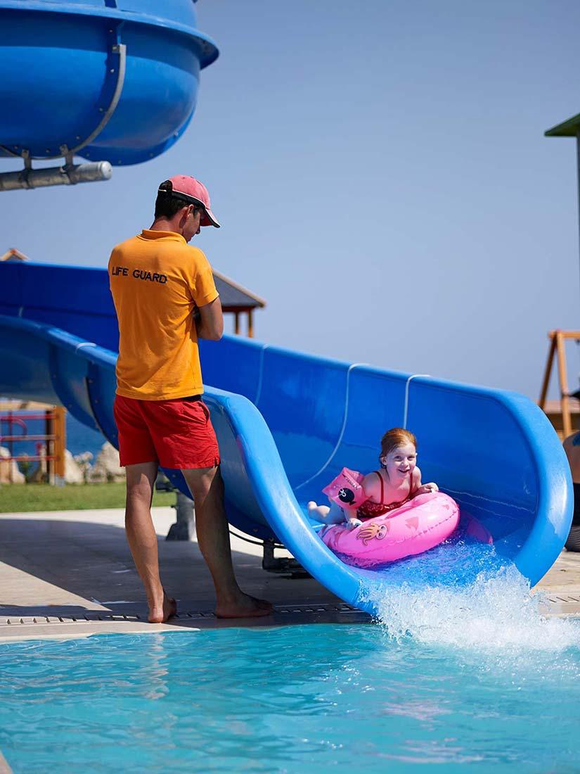водные горки отеля Mitsis Alila Resort