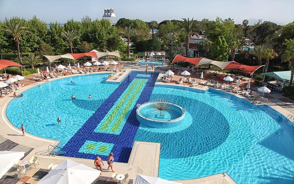 бассейн отеля Queens Park Le Jardin