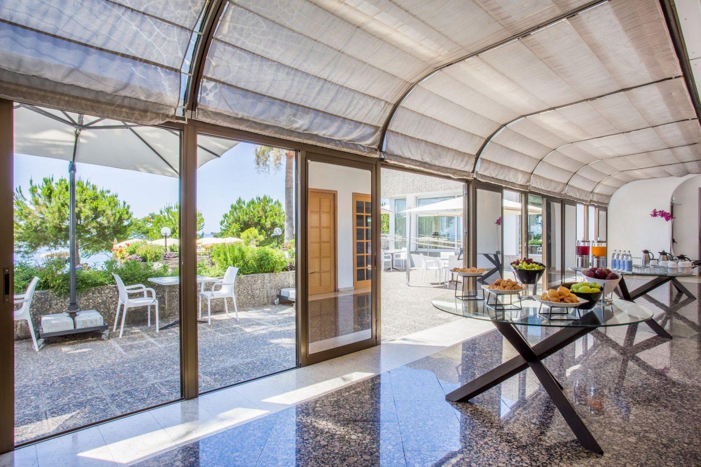 территория отеля Crowne Plaza Limassol