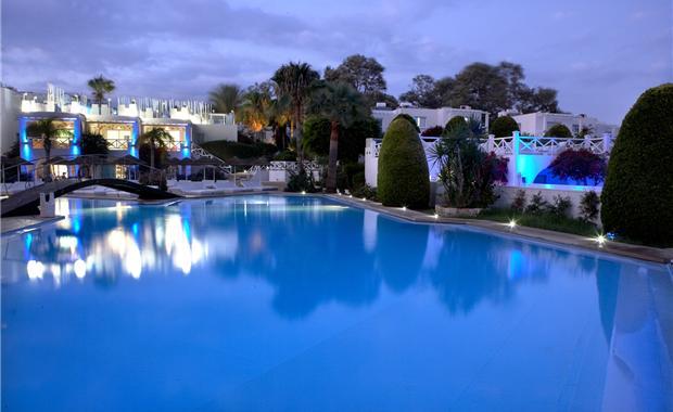 бассейн отеля So Nice Boutique Suites