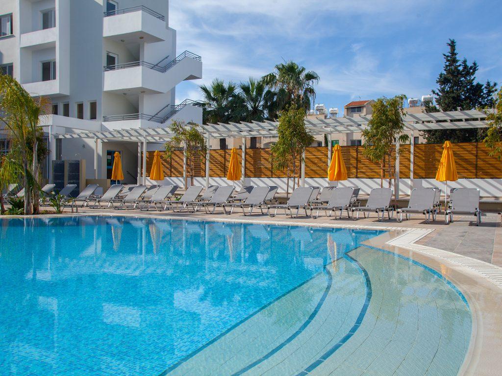 бассейн отеля Smartline Paphos
