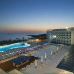 территория отеля King Evelthon Beach Hotel & Resort