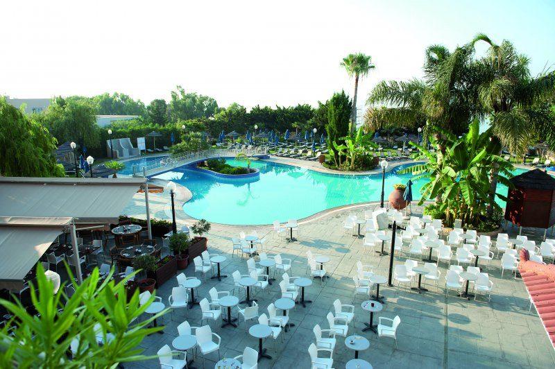 бассейн отеля Atlantica Bay