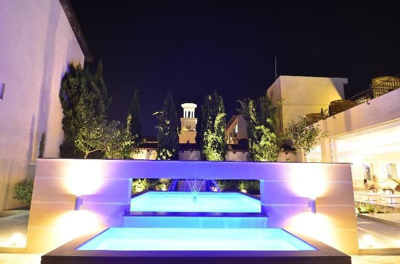 территория отеля Napa Plaza