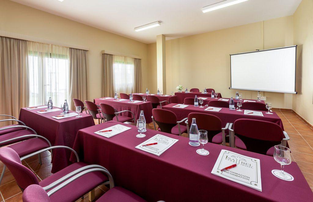 зал для конференций отеля Isabel Aparthotel