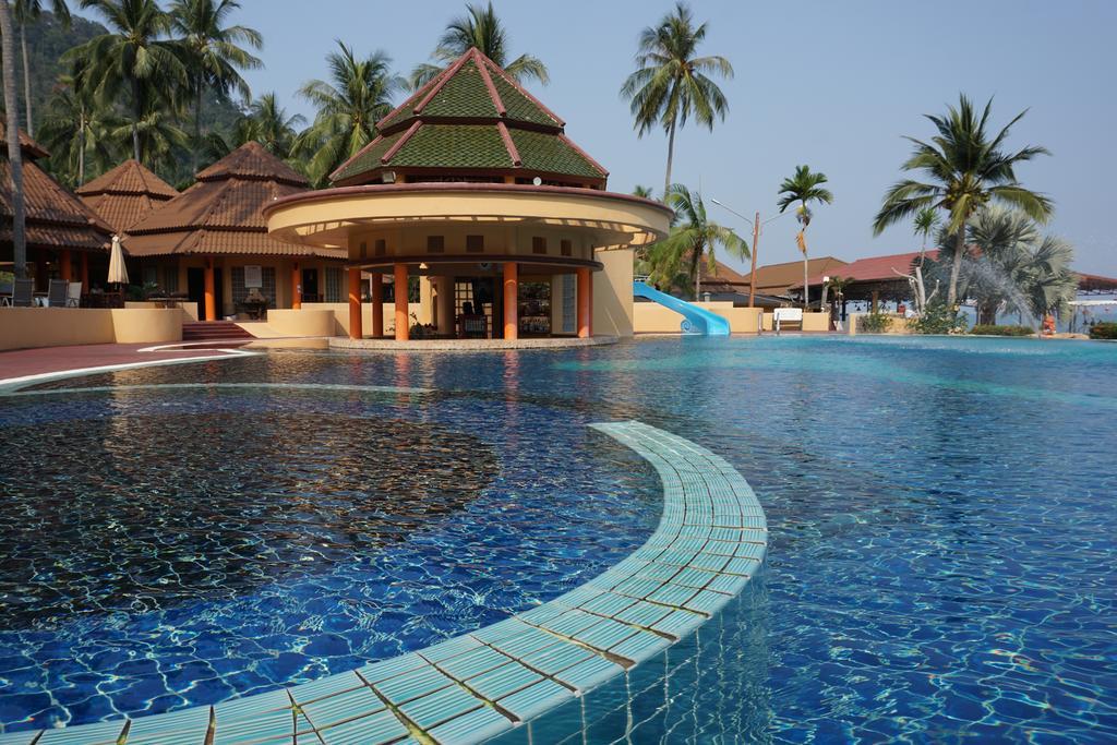 бассейн отеля The Aiyapura Resort & Spa