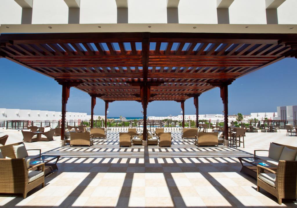 территория отеля Sunrise Crystal Bay Resort