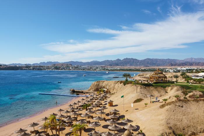 пляж отеля Movenpick Resort Sharm El Sheikh Naama Bay