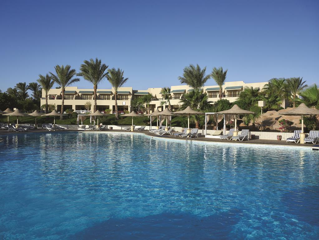 территория отеля Coral Sea Holiday Village Resort
