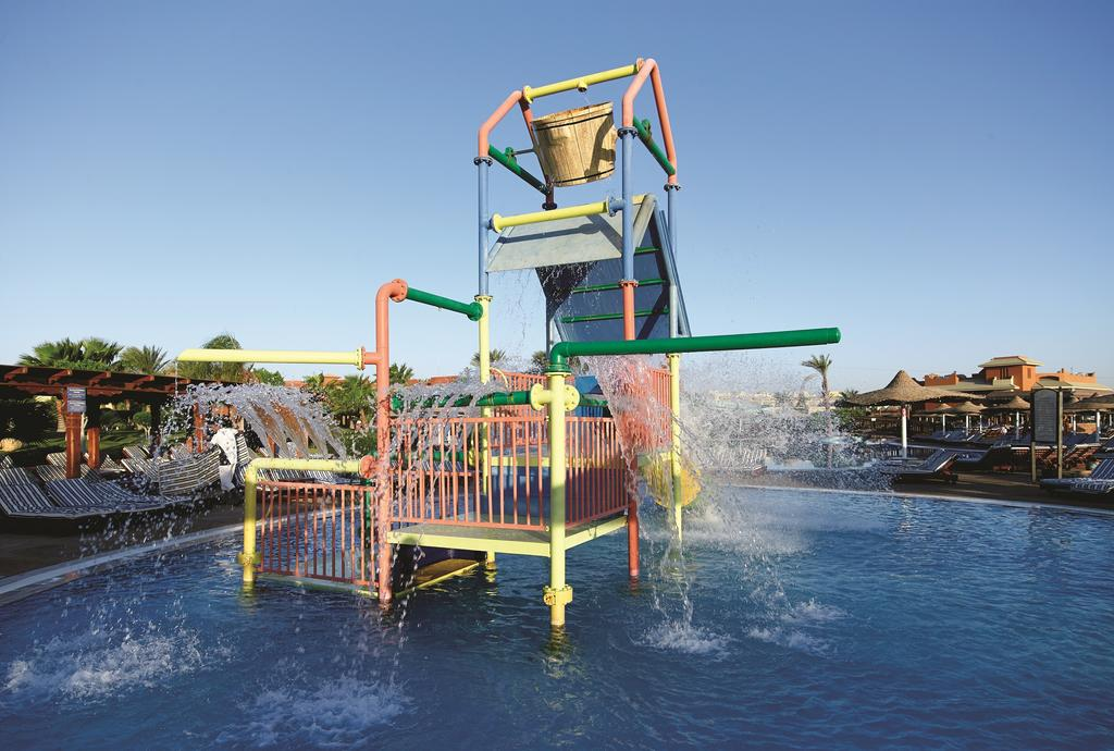 водные горки отеля Coral Sea Holiday Village Resort