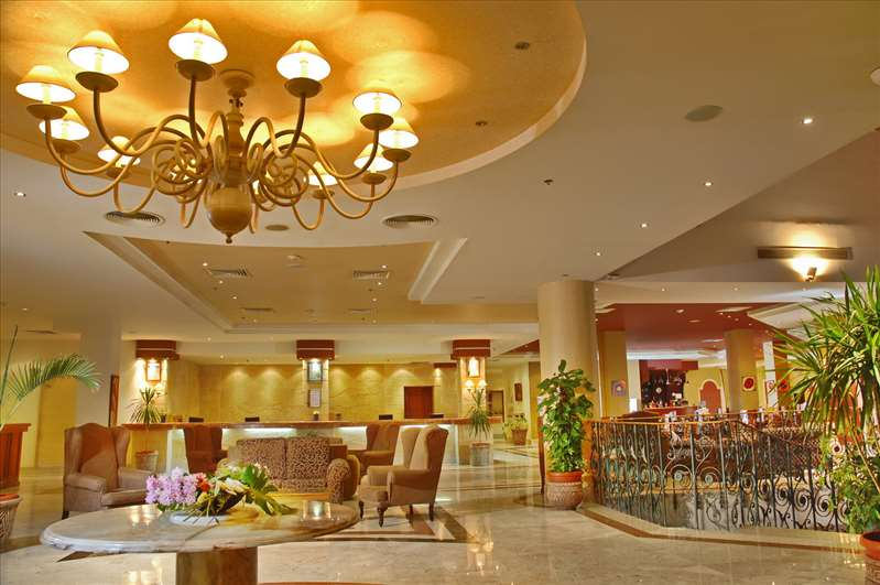 лобби отеля Coral Sea Waterworld