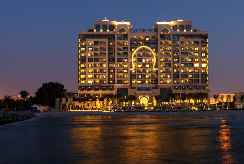 вид отеля Ajman Saray