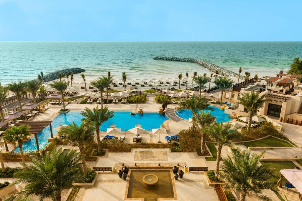 территория отеля Ajman Saray