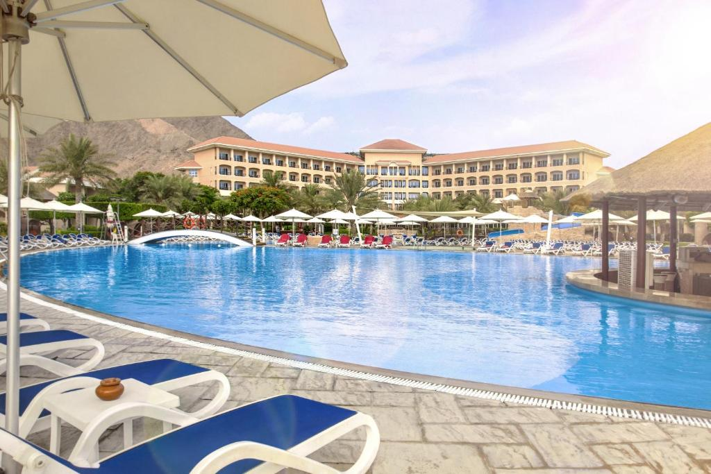 бассейн отеля Fujairah Rotana Resort & Spa