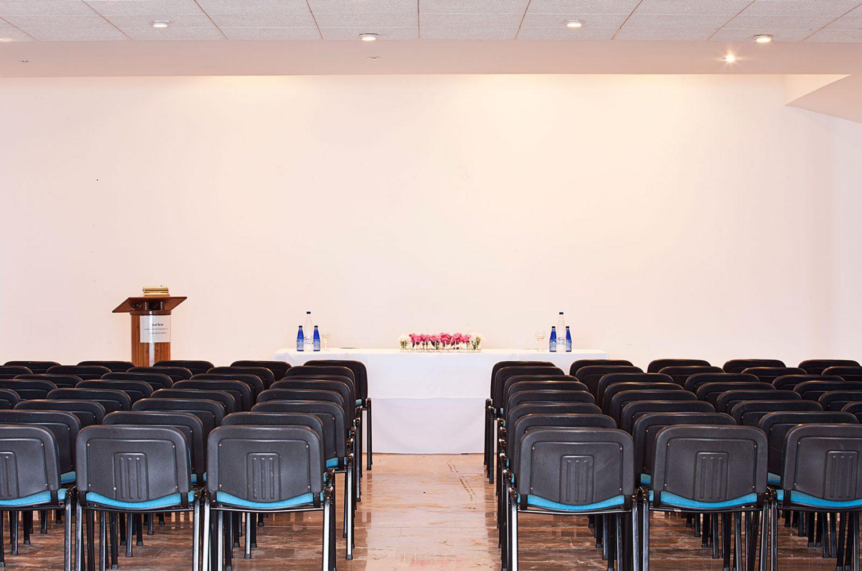 зал для конференций отеля Kalamaki Beach