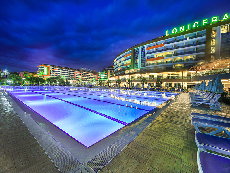 бассейн отеля Lonicera Resort & Spa Hotel